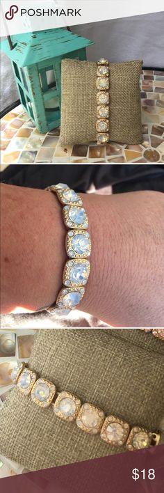 🆕 Opalescent & gold tone stretch bracelet Opalescent stones & gold tone stretch bracelet.  ✅I ship same or next day ✅Bundle for discount Jewelry Bracelets