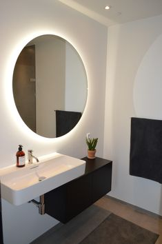 Badeværelse | Rundt spejl Dream Bathrooms, Bathroom Inspiration, Bathroom Interior, Interior Design, Mirror, Teen, Furniture, Decoration, Home Decor