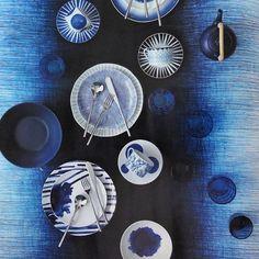 Vi gillar! Snygg styling i härliga blå toner av @elledecorationse med tallrikarna Keiu (längst ner i bild) från oss på Habitat. Du hittar Keiu både i Skrapan & Täby C. #habitatsverige #elledecorationse