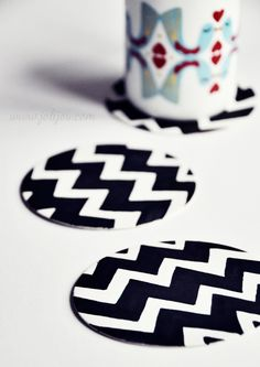 chevron coasters made with beer mats and a black marker Beer Mats, Beer Coasters, Markers, Chevron, Crafty, Diy, Black, Paper Mill, Sewing Patterns