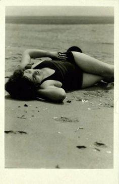 Mack Sennett Bathing Beauty by Nelson Evans, c. 1920 Nelson Evans. Baigneuse alanguie sur le sable, vers 1920