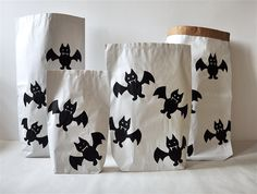 Nietoperze chętnie pomogą w porządkowaniu rzeczy. #paperbags #storage #kidsdesign #szaryfika #blackandwhite #handpainted #bat #bats