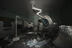 La clinique des implants PIP  Plus de découvertes sur Souterrain-Lyon.com Ghost City, Abandoned Places, Bathtub, House Design, Lyon, Gallery, App, Pictures, Urban Exploration