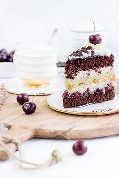 Schwarzwälder Kirschtorte: ein deutscher Kuchenklassiker aus 3 Biskuitböden, die mit Kirschen & Sahne gefüllt werden. Nach dem Rezept meiner Oma.
