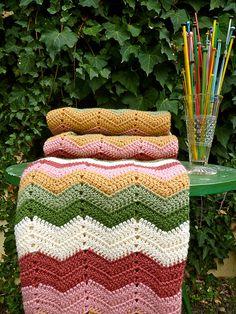 Granny Chevron Blanket (by Loving The Vintage) Crochet Ripple, Crochet Afgans, Manta Crochet, Love Crochet, Crochet Granny, Crochet Baby, Knit Crochet, Chevron Crochet, Crochet Hooks
