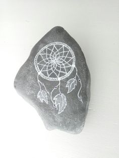 Dromenvanger op steen Dreamcatcher painted on rock
