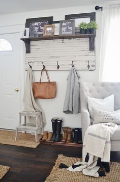 DIY Rustic Entryway Coat Rack 2019 DIY rustic entryway coat rack A super simple way to create organization in any size entryway or mud room! A must pin! The post DIY Rustic Entryway Coat Rack 2019 appeared first on Entryway Diy. Easy Home Decor, Cheap Home Decor, Cheap Rustic Decor, Rustic Farmhouse Entryway, Modern Farmhouse, Farmhouse Ideas, Country Entryway, Cottage Entryway, Small Apartment Entryway
