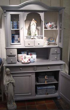 De kast is geschilderd met krijtverf Vintage Paint van Jeanne d'Arc Living. China Cabinet, Vintage, Storage, Diy, Painting, Furniture, Home Decor, Distressed Furniture, Dekoration
