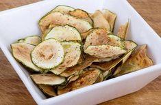Cukkini chips Parmesan Zucchini Chips, Bbq Zucchini, Zucchini Chips Recipe, Healthy Zucchini, Healthy Chips, Healthy Snack Options, Healthy Snacks, Healthy Recipes, Zucchini Health Benefits