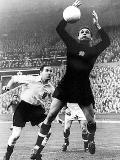 MO Bio - Gyula Grosics, révolutionnaire et rebelleMain Opposee Wembley Stadium, Sport Icon, School Football, Goalkeeper, Old School, Athlete, Soccer, Nostalgia, Running