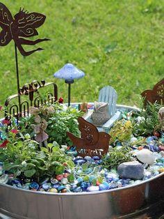 Я хочу рассказать о Fairy Garden, или садах для фей. Это целое направление в дизайне садовых участков, представляющее собой единение природы и сказки, созданное руками человека. При создании таких садов используют преимущественно живые растения, оформляя вокруг них антураж волшебных сюжетов. Эти сюжеты способны разворачиваться на любых поверхностях садовой территории: цветочные кашпо, садовые емкости, посуда, клумбы, и даже стволы деревьев.