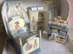 Нашла в интернете интересные кукольные домики. Мне кажется, что идея такая не сложная для воплощения: можно прямо расставить мебель в