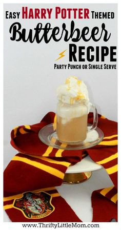 This DIY Harry Potter butter beer recipe is perfect to serve at your next Harry Potter themed party. Kids love learning how to make butterbeer on their own, so you could even set up a station to let them self-serve along with other fun non-alcoholic party Harry Potter Motto Party, Cumpleaños Harry Potter, Harry Potter Birthday, Harry Potter Theme Food, Harry Potter Themed Party, Parmesan Chips, Snacks Für Party, Party Drinks, Party Party