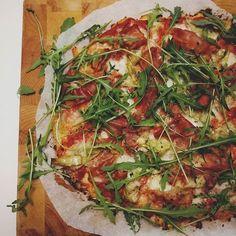 Vanavond op het menu: bloemkoolpizza! Deze dame is al volop bezig met haar goede voornemens en daar hoort lekker en gezonder eten ook bij. Hebben jullie wel eenn bloemkoolpizza gemaakt!? #weekend #pizza #bloemkool #parmaham #mozzarella #bloemkoolpizza #goedevoornemens #afvallen #weightwatchers #groentepizza #artisjok #homemade #receptstaatreedsopdesite Mexican Food Recipes, Healthy Recipes, Appetisers, Nachos, No Cook Meals, Food Dishes, Vegetable Pizza, Good Food, Food Porn