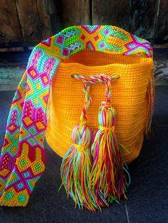DESCRIPCION Este hermoso y unico Morral tejido a mano por Artesanos Mexicanos en zona Maya, se ha inspirado en la idea original de la bella bolsa Wayuu de Colombia y Venezuela. El increíbles diseño del Tejido de su Asa es típico de la zona y es 100% Mexicano, representativo de la ancestral y colorida Cultura Artesanal Maya. FOTOS DE LA PAGINA Los Modelos de las fotos son solo Muestras, los colores pueden no estar disponibles. IMPORTANTE SOLICITAR FOTOS DE NUESTRAS BOLSAS EN EXISTENCIA Por…