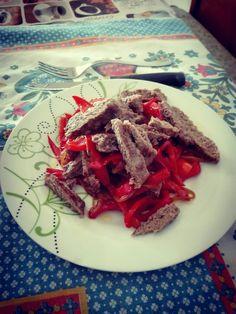 Hamburger con peperoni e cipolla saltati in salsa di soia
