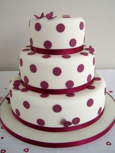 wedding cake with burgundy red dots and satin ribbon from Tortebella