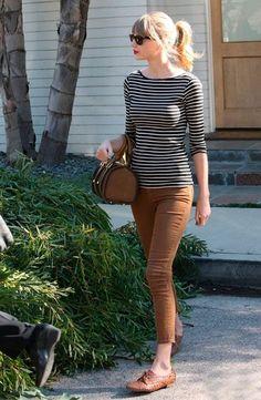 calça-cáqui-marrom-camiseta-listradas-looks-famosas-talylor-swift