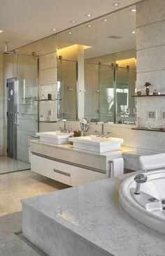 Banheiro, banheira de hidromassagem, banheiro de casal, cuba de apoio, espelho, mármore, espelho, armário branco, armário para banheiro, prateleira, decoração