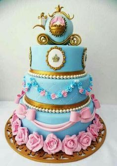 Cinderella Theme Party with a beautiful and original decoration - Celebrat : Home of Celebration, Events to Celebrate, Wishes, Gifts ideas and more ! Pretty Cakes, Cute Cakes, Beautiful Cakes, Amazing Cakes, Yummy Cakes, Bolo Fack, Cinderella Theme, Cinderella Cakes, Disney Cakes