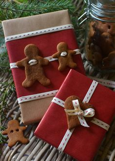 Make gift wrap and creatively wrap gifts- Geschenkverpackung basteln und Geschenke kreativ verpacken Awww … ❤ How cute! Making delicious gift wrap with gingerbread male himself Present Wrapping, Creative Gift Wrapping, Creative Gifts, Wrapping Papers, Cute Gift Wrapping Ideas, Elegant Gift Wrapping, Noel Christmas, Christmas Crafts, Christmas Decorations