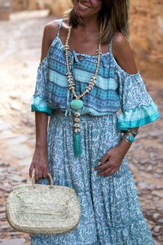 What better than Boho chic outfits can you opt for to make you look sensuous without spending much? Boho Chique, Look Boho, Bohemian Style, Turquoise Dress, Turquoise Jewelry, Off Shoulder Fashion, Gypsy, Daily Dress, Maxi Dress With Sleeves