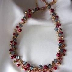 Collier doré aux perles rouge , dorées , grises-bleutées - fil métallique doré et rouge crocheté  - bijoux insolites -