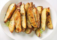 Batatas Rústicas Assadas: Lave e corte as batatas (quantas você quiser) com casca e tudo em formato de palitos. Coloque-as em uma forma, cubra com papel alumínio e leve ao forno bem quente (220 graus) por 25 minutos ou até as batatas estarem macias. Tire do forno e pincele margarina light nas batatas, salpique sal, orégano, manjericão, salsa, e alecrim. Ponha no forno de novo por mais 10 minutos pra dourar, sem papel alumínio.