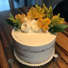 Bolo da Mamis, ela q decorou  #vanessisses #bolodeaniversario #festa #festaemcasa #cake #lovecakes #instacake #cakeoftheday #bolodenozes #boloespatulado #seminakedcake #bolodecoradocomflores #sobremesa