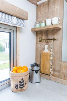 In de keuken kun je niet alleen je eten koken. Je kan er ook verse sinaasappelsap maken voor een heerlijk ontbijt!  #glamping #decoratie #zeeland #stoerbuiten Kitchen Cart, Glamping, Home Decor, Decoration Home, Room Decor, Kitchen Carts, Interior Decorating