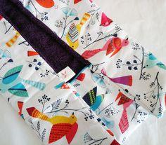 Tapis à langer nomade en coton imprimé oiseaux multicolores Reusable Tote Bags, Etsy, Vintage, Changing Mat, Printed Cotton, Handmade Gifts, Bebe, Vintage Comics, Primitive