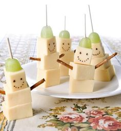 fun food easy cheese and grape snowman snack – Baby Shower Party Cute Snacks, Snacks Für Party, Cute Food, Good Food, Funny Food, Fun Snacks For Kids, Christmas Party Food, Xmas Food, Christmas Sweets