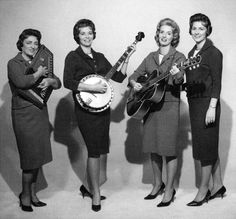 Another photo of Mother Maybelle and the Carter Sisters, early They are wearing simple, well-tailored suits in this pic; demonstrating a departure from the usual frilly dresses that were common among female country artists of that era. Country Musicians, Country Music Artists, Country Singers, June And Johnny Cash, June Carter Cash, Music Mix, Folk Music, New Music, Classic Country Artists