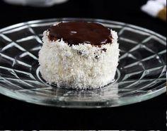 Hólabda vagy kozák sapka. Krémes, puha, kókuszos, csokis. Kell ennél több? - BlikkRúzs Vanilla Cake, Cheesecake, Pudding, Food, Minden, Cheesecakes, Custard Pudding, Essen, Puddings
