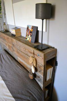Tête de lit avec étagères et petit rangements sur chaque côté.