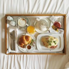 Perfect breakfast situation #theguesthousevienna #breakfast #bedroom #inspo #hotelroom #designhotel #vienna #austria #travel