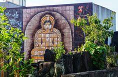 Une mosaïque de Bouddha veille sur les défunt reposant au cimetière Jinsokuji dans le quartier de Nakai, #Tokyo.
