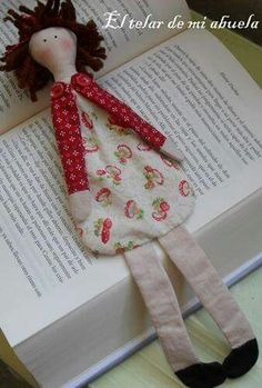 Bookmark Doll, how clever. Cute to make for my granddaughters! Felt Crafts, Fabric Crafts, Sewing Crafts, Sewing Projects, Hobbies And Crafts, Crafts To Make, Diy Crafts, Doll Patterns, Sewing Patterns