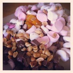 pähkinät, vaahtikset, aprikoosi, karkit, suklaa = rockyroad
