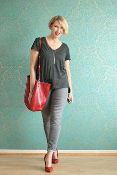 Graue Jeans, Basic-Shirt und rote Pumps