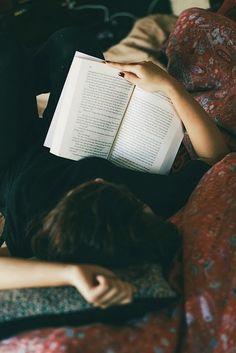 Reading senior picture ideas for girls. Senior pictures of girls reading. I Love Books, Good Books, Books To Read, My Books, Reading Books, Reading Time, Ernst Hemingway, Yennefer Of Vengerberg, Woman Reading
