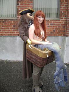 disfraz de pirata cargando un tesoro y a una sirena