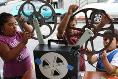 Verbind primair en voortgezet onderwijs met Cinecenter! Kinderen kunnen in Cinecenter op een positieve manier kennismaken met film(maken) en ontdekken en ontwikkelen hun talenten! Doordat zij ook vertrouwd raken met Cinecenter, zullen zij (en hun (groot)ouders) terugkomen om Cinecenter te bezoeken!