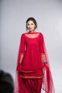 Here is the smart collection of Shalwar Kameez Designs wear by gorgeous Mahira Khan. See Mahira Khan Shalwar Kameez Pictures Here Patiala Suit Designs, Kurti Designs Party Wear, Salwar Designs, Dress Indian Style, Indian Dresses, Indian Outfits, Eid Outfits, Pakistani Dresses Casual, Pakistani Dress Design
