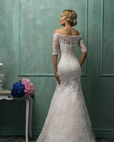 robe de mariée dos en dentelle, épaule nue et manches en dentelle au coude, coupe ajustée sur le buste