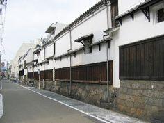 名古屋駅から歩いてすぐの場所に広がる円頓寺商店街。ここからほど近い堀川沿いに「四間道」と呼ばれるエリアがあります。四間道は江戸時代の肇ころ、名古屋城の完成とともに造られた商人の町。しかし元禄13年(1700)、不幸なことにこの地は大火に見舞われました。万が一ふたたび火事が起きたとき、被害が最小限になるように――延焼を防ぐことを目的とし、四間(約7m)という広い道路に拡張した事から「四間道」という名がついたと伝えられています。 Aichi