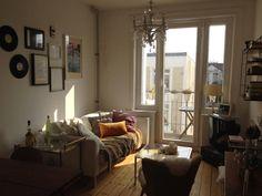 Gemütliche WG-Zimmer-Einrichtung mit Lichterkette, großem Bett und ...