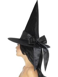 Klassisk sort hekse hat med høj spids og stor sort sløjfe bånd på. 60kr
