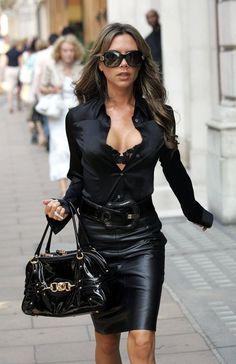 jupe en cuir, ceinture grosse boucle, chemisier décolleté plongeant, lunettes de soleil, sac à main vinyle, style femme séductrice drama
