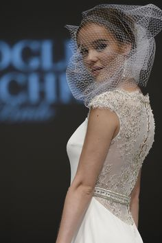 Short veils can be seriously chic. #bridal #weddingbeauty #wedding